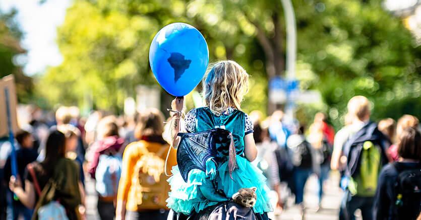 Barn med jordklode-ballong